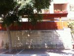 גדר עץ מבחוץ